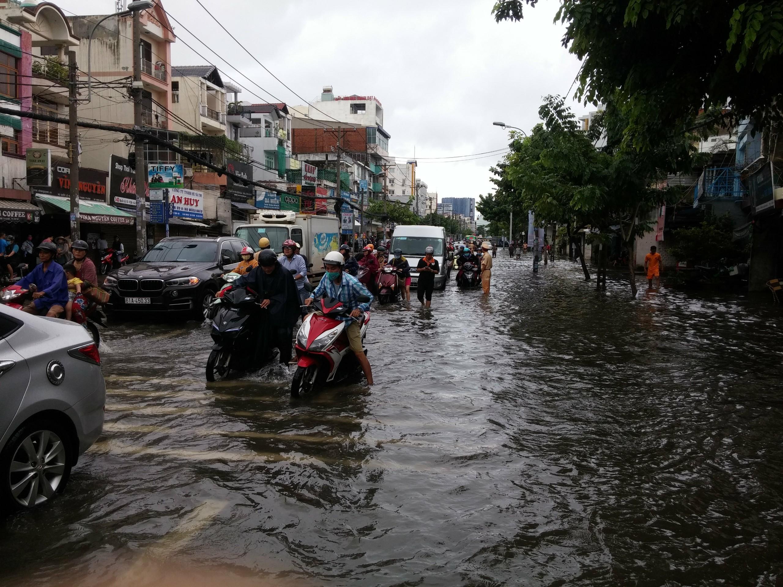 TPHCM ngập, giao thông ùn ứ sau cơn mưa kéo dài do ảnh hưởng bão số 9 ảnh 49