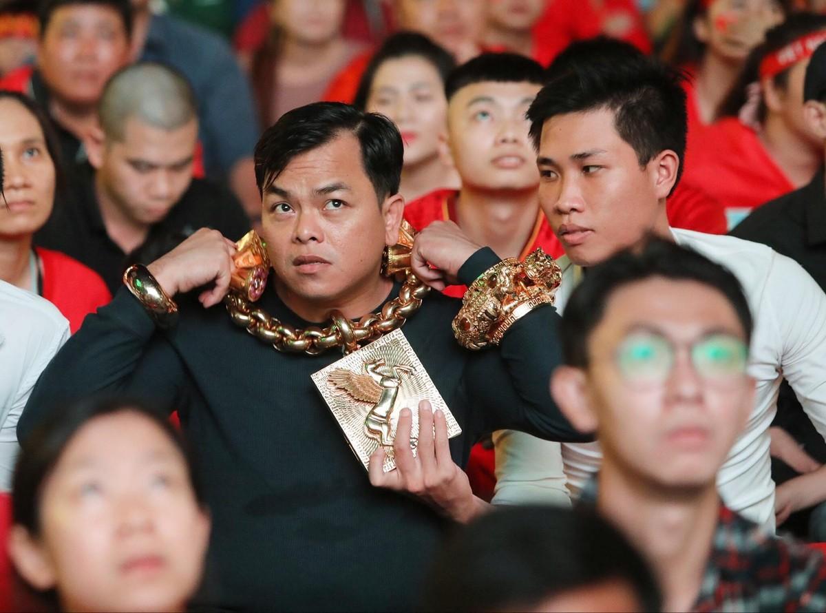 Phúc \u0027XO\u0027 - người đeo vàng nhiều nhất Việt Nam bị tạm giữ hình