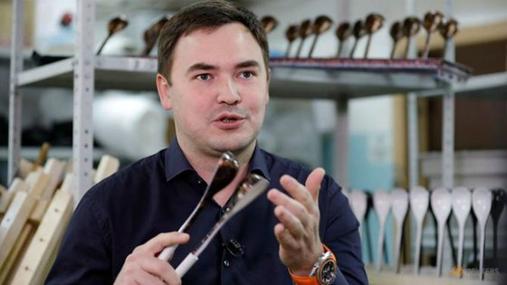 """Nghệ sĩ Rustam Nugmanov và """"Chiếc muỗng chiến thắng""""."""