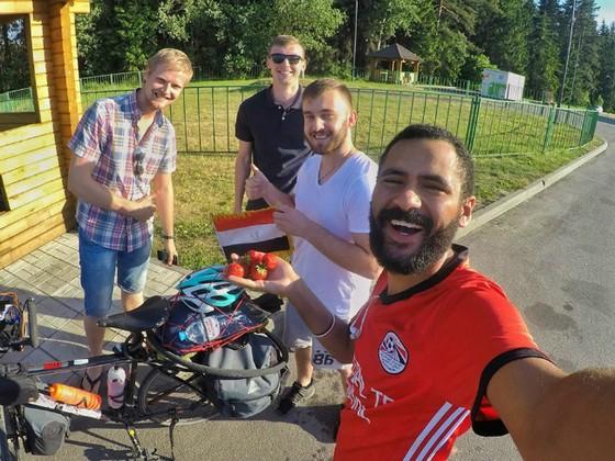 Chàng trai Ai Cập đạp xe 5.000km đến Nga cổ vũ đội tuyển ảnh 3