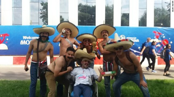 Ông chủ CLB Chelsea giúp trẻ tật nguyền dự khán World Cup 2018 ảnh 2