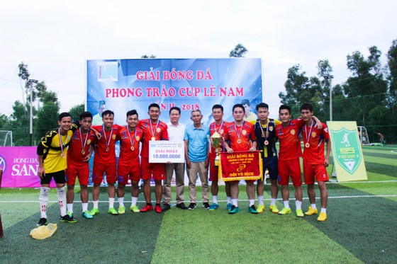 Lê Nam FC vô địch một cách thuyết phục với chiến thắng 8-2 trong trận chung kết với Dược Ngọc Hạ. Ảnh: ĐÌNH THẢO