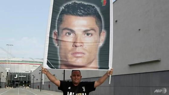 Người hâm mộ đang nóng lòng với trận ra mắt của Ronaldo trong  màu áo Juventus Ảnh: AFP