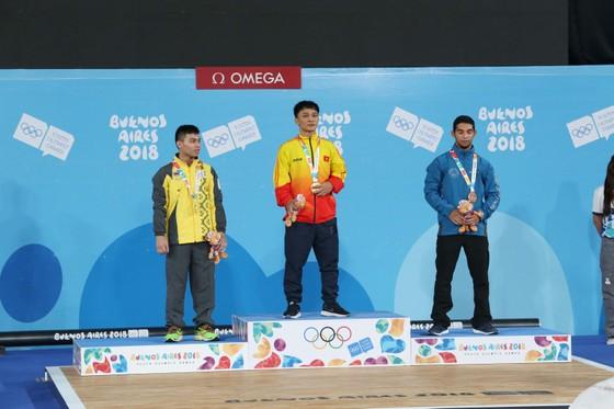 Lực sĩ Ngô Sơn Đỉnh (giữa) trên bục nhận HCV Olympic trẻ.