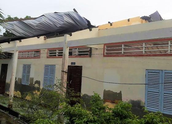 Lốc xoáy làm sập nhiều nhà dân và 3 phòng học ảnh 1