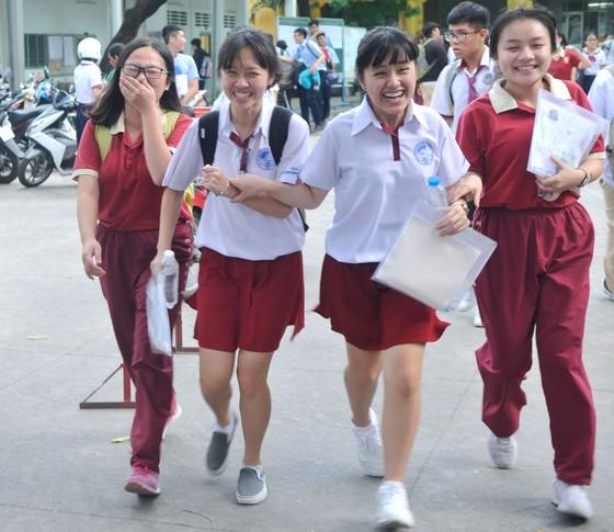 """Đề văn về tiềm lực kinh tế: TS Hà Nội than """"lệch tủ"""", TS TPHCM rạng rỡ ra về ảnh 7"""