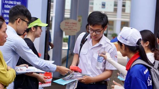 """Đề văn về tiềm lực kinh tế: TS Hà Nội than """"lệch tủ"""", TS TPHCM rạng rỡ ra về ảnh 2"""