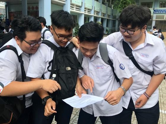 """Đề văn về tiềm lực kinh tế: TS Hà Nội than """"lệch tủ"""", TS TPHCM rạng rỡ ra về ảnh 4"""