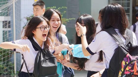 """Đề văn về tiềm lực kinh tế: TS Hà Nội than """"lệch tủ"""", TS TPHCM rạng rỡ ra về ảnh 3"""