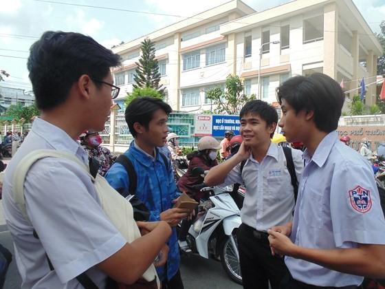"""Đề văn về tiềm lực kinh tế: TS Hà Nội than """"lệch tủ"""", TS TPHCM rạng rỡ ra về ảnh 6"""