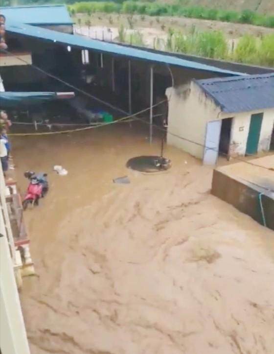Không tổ chức cho học sinh tham gia các hoạt động vui chơi, ngoại khóa trong thời gian lũ lụt ảnh 1