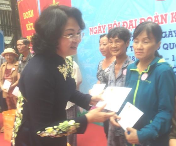 Phó Chủ tịch nước Đặng Thị Ngọc Thịnh dự ngày hội Đại đoàn kết toàn dân tộc ở TPHCM ảnh 1