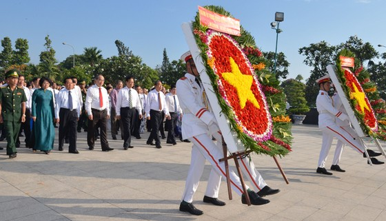 Lãnh đạo TPHCM dâng hương, dâng hoa tưởng niệm các anh hùng liệt sĩ ảnh 1