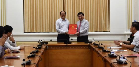 Chủ tịch UBND TPHCM Nguyễn Thành Phong trao quyết định điều động, bổ nhiệm nhiều cán bộ ảnh 4