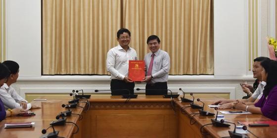 Chủ tịch UBND TPHCM Nguyễn Thành Phong trao quyết định điều động, bổ nhiệm nhiều cán bộ ảnh 5