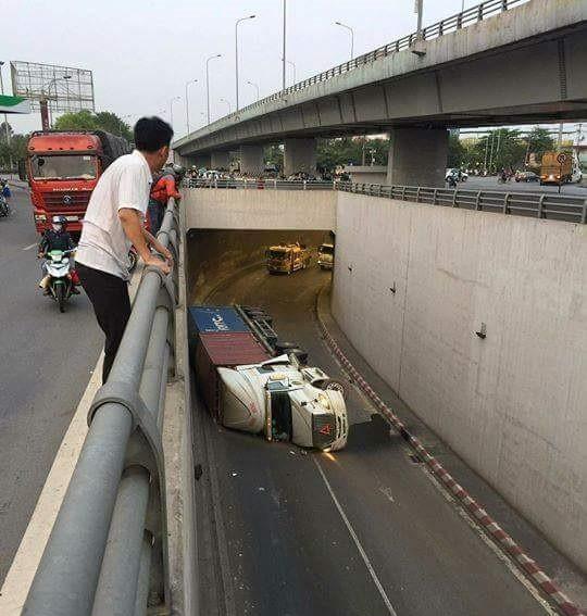 Xe container liên tục lật trong hầm chui ngã 4 Vũng Tàu do chạy quá tốc độ ảnh 1
