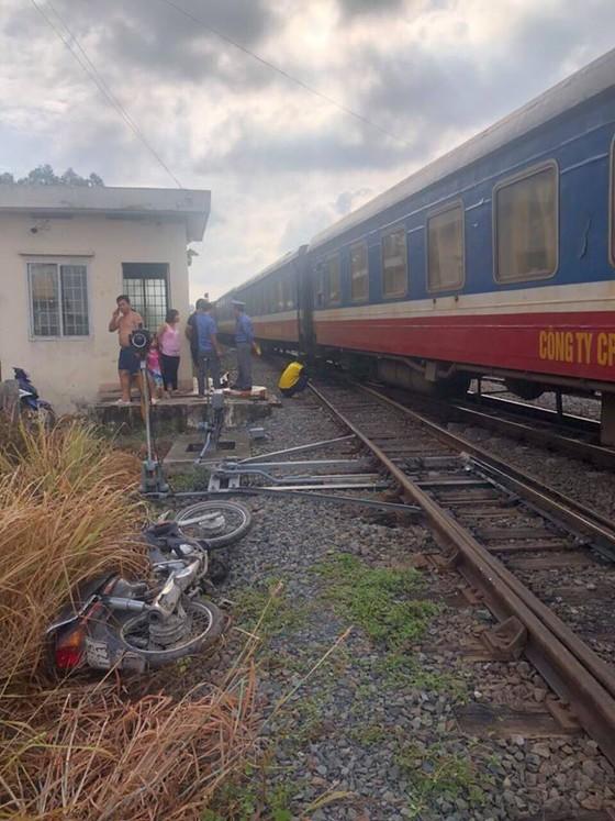 Băng qua đường ngang dân sinh, một người bị tàu hỏa tông chết ảnh 1