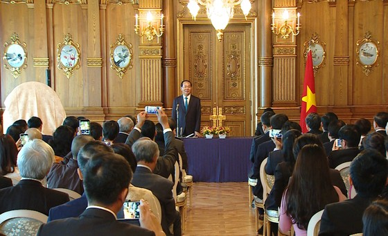 Nhà vua và Hoàng hậu Nhật Bản tiễn Chủ tịch nước Trần Đại Quang và Phu nhân ảnh 4
