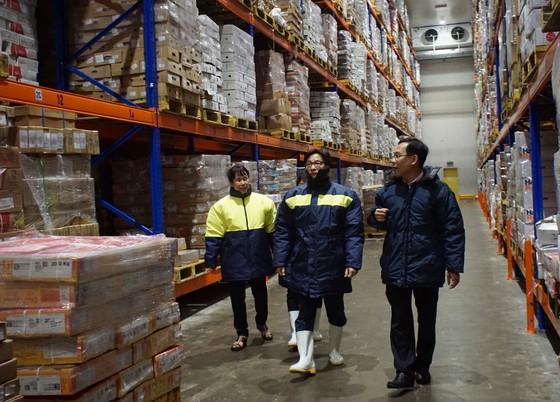 Phó thủ tướng kiểm tra đột xuất chợ đầu mối lúc nửa đêm ảnh 5