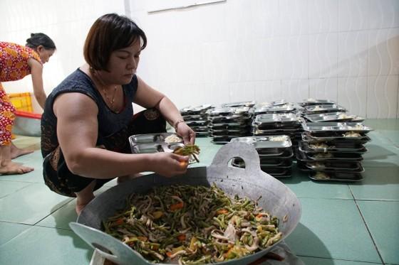 Tạm đình chỉ một cơ sở cung cấp suất ăn không đảm bảo an toàn thực phẩm  ảnh 1