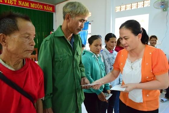 Quảng Ngãi: Tặng 100 suất quà cho các hộ dân bị thiệt hại trong bão số 12 ảnh 1