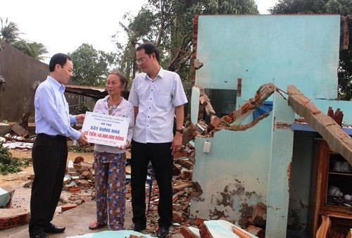 Quảng Ngãi: Tặng 100 suất quà cho các hộ dân bị thiệt hại trong bão số 12 ảnh 2