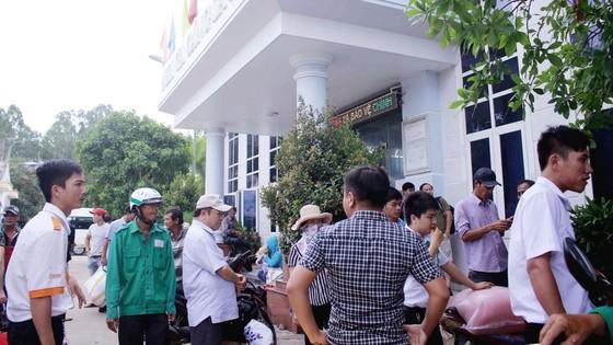 Sáng nay, 13 tàu cao tốc đưa hơn 2.000 du khách kẹt ở đảo Lý Sơn về bờ ảnh 1
