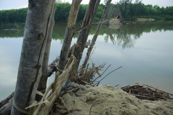 Vỡ 60m đập ngăn mặn trên sông Trà Bồng ảnh 2