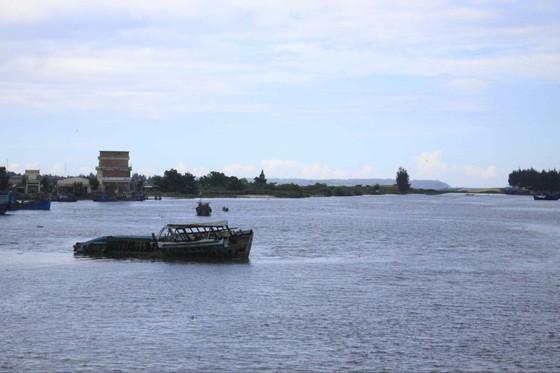 Quảng Ngãi: Trục vớt 3 tàu chìm đắm làm sắt phế liệu ảnh 1