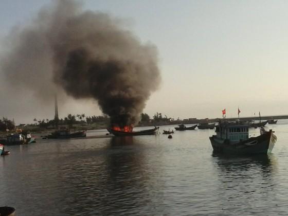Cháy tàu cá trên biển, 2 ngư dân thoát nạn ảnh 1