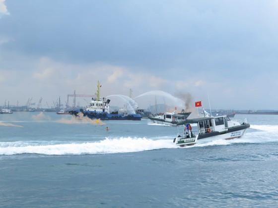 Diễn tập tìm kiếm cứu nạn hàng hải trong vùng nước cảng biển Quảng Ngãi ảnh 1