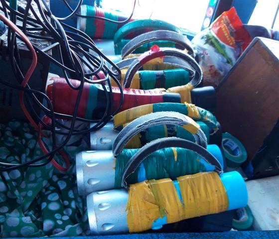 Tịch thu súng điện và bộ kích điện trên tàu cá  ảnh 3