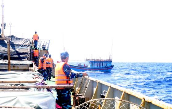 Lai dắt tàu cá ngư dân Quảng Ngãi gặp nạn về đảo Lý Sơn ảnh 1