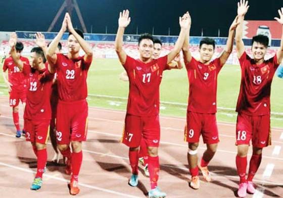 Các tuyển thủ U.20 Việt Nam phấn khích hướng đến vòng chung kết World Cup 2017. Ảnh: HUY THẮNG