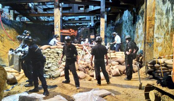 Tháo gỡ thành công quả bom 450 kg ở Hồng Kông ảnh 2