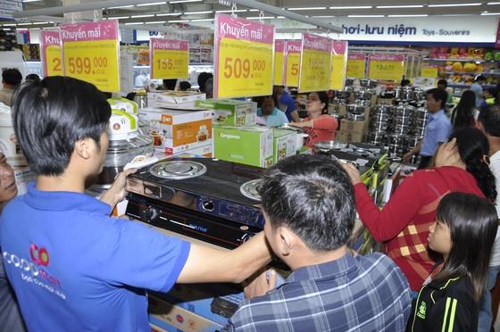 Siêu thị Co.opmart Hồng Ngự tấp nập khách nhờ giảm giá mạnh ảnh 2