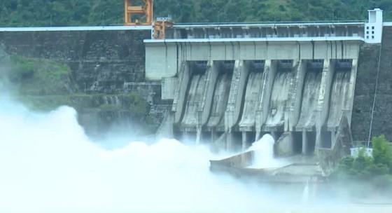 Bắc bộ mưa lớn, thủy điện Sơn La, Hòa Bình phải mở 1 cửa xả đáy  ảnh 1