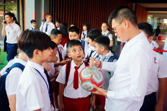 Công Vinh truyền cảm hứng bóng đá cho học sinh NHG ảnh 6