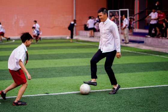Công Vinh truyền cảm hứng bóng đá cho học sinh NHG ảnh 5