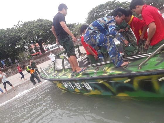 Tàu cá bị sóng đánh chìm trên vùng biển Côn Đảo, 2 thuyền viên mất tích ảnh 1