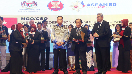 Tổng hội NN&PTNTVN nhận giải thưởng Sáng kiến ASEAN về Phát triển nông thôn và xóa đói giảm nghèo dà ảnh 1