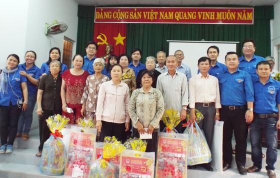 Thăm và tặng quà tết gia đình chính sách vùng căn cứ ảnh 1