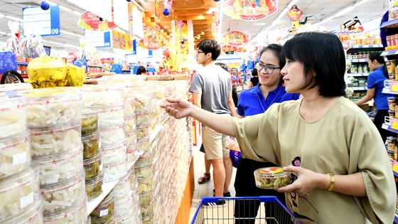 Giò chả, bánh kẹo và đồ trang trí tết đồng loạt giảm giá mạnh tại Co.opmart ảnh 2