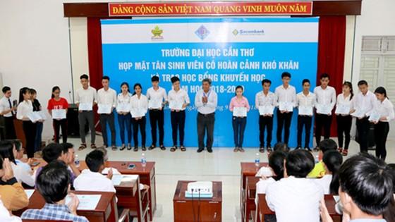 152 suất học bổng tặng sinh viên nghèo ảnh 1