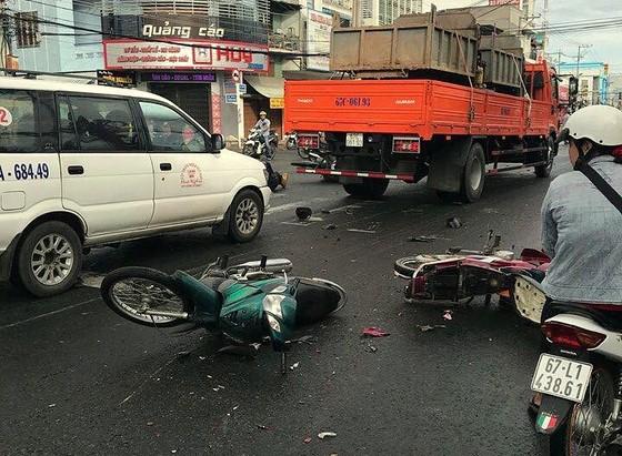 Xe tải tông 8 xe máy, 10 người nguy kịch ảnh 2