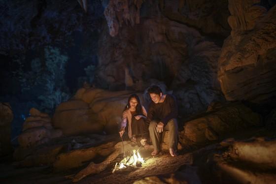 Lần đầu tiên có một đoàn phim vào sâu trong các hang động ghi hình (Nguồn: sggp.org.vn)
