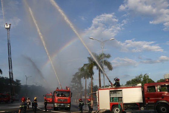 Lần đầu tiên diễn tập chữa cháy toà nhà Trung tâm hành chính TP Đà Nẵng ảnh 10