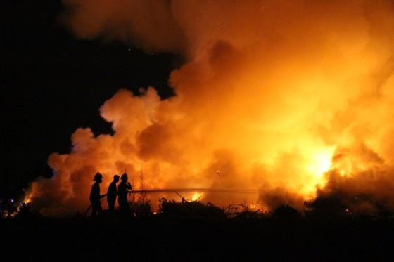 Cháy nhiều giờ dưới đường dẫn hạ cánh máy bay ở Đà Nẵng ảnh 1