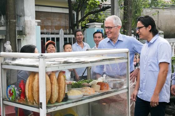 Thủ tướng ÚC ra vỉa hè Đà Nẵng mua bánh mì ăn sáng   ảnh 2