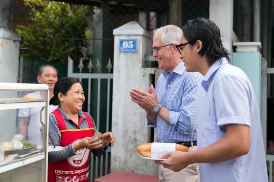 Thủ tướng ÚC ra vỉa hè Đà Nẵng mua bánh mì ăn sáng   ảnh 4